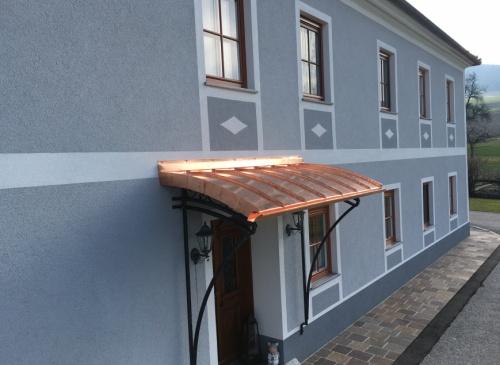 Individuelle Überdachung der Eingangstür - Spezialarbeiten direkt vom Spengler aus Euratsfeld